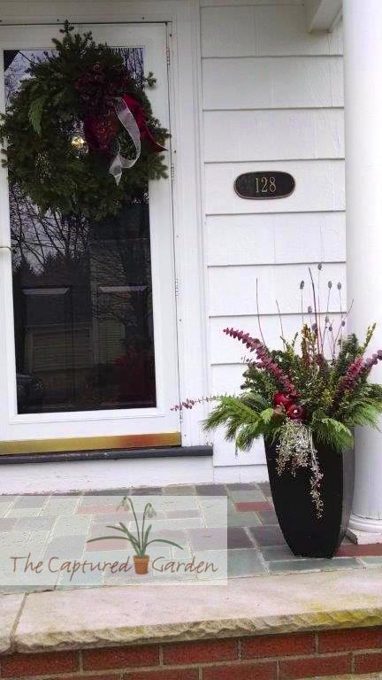 seasonal-wreath-doorway-garden-container-2